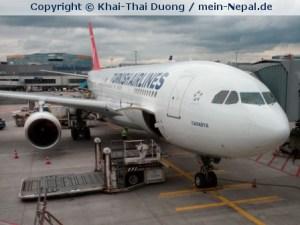 Turkish Airlines fliegt in den Sonnenaufgang über dem Himalaya nach Nepal.