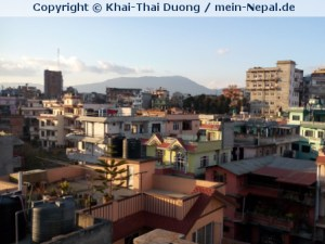 Blauer Himmel, farbenfrohe Häuser - so macht Nepal Spaß.