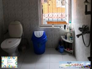Unser Badezimmer ist groß und sauber.