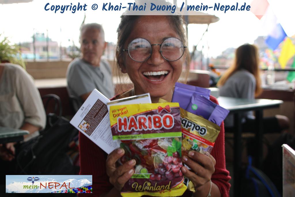 Schokolade und Süßigkeiten sind ein super Mitbringsel für Freunde in Nepal.