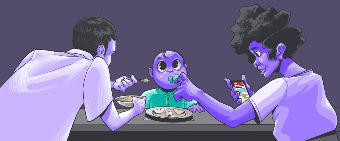 Pais sentados à mesa com um bebê sendo alimentado