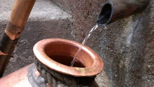 mezcal destilado en alambique de cobre