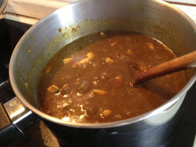 Fleisch zur Currysoße geben