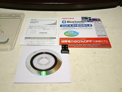 アダプター本体、説明書、ドライバーのCDが入ってます。