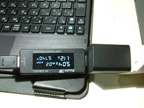 ASUS TF103C(TF103-BK16D)に標準で付いてくるACアダプタとUSBケーブルをつないで充電!