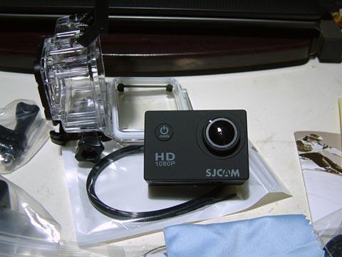 カメラ本体。結構い広角のレンズが付いてます。