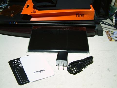 説明書、本体、USB電源ケーブル、ACアダプタ(USB出力)…以上!