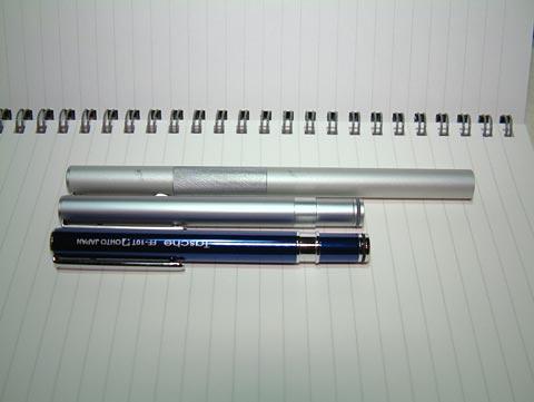 上からアルミ丸軸万年筆、アルミポケット万年筆、オートのタッシェ。