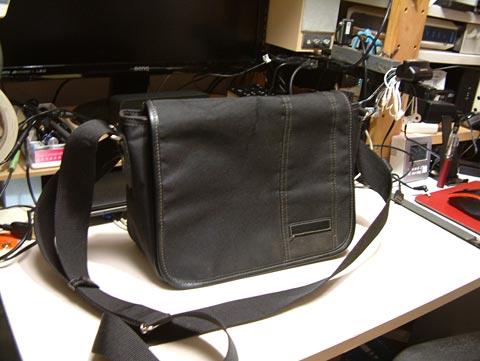 ご愛用中のショルダーバッグ。もう10年以上使ってます。