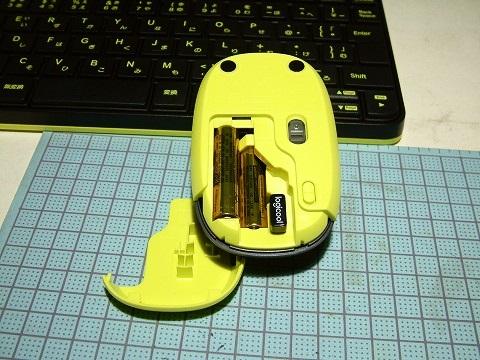 マウスに電池を入れるの図。