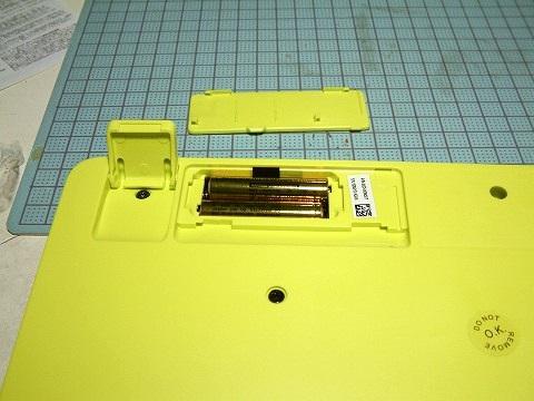 キーボードに電池を入れるの図。