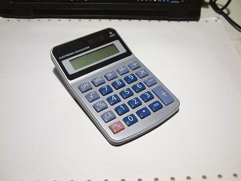 100均の電卓。もちろん16進数とかは使えません。