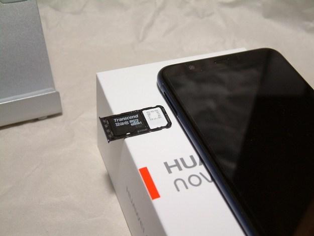 SIMとマイクロSDカードはここに挿します。