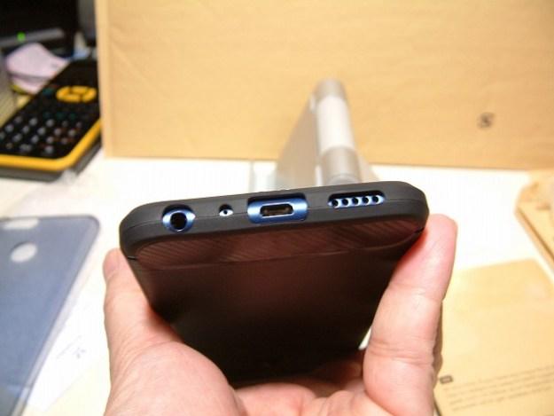 底面はイヤフォン、マイク、マイクロUSB、スピーカー用の穴が空いてます。