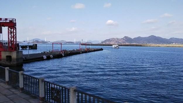 今治港フェリー埠頭かな?遠くにしまなみの橋が見えます。