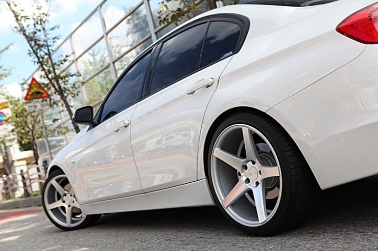 avant-garde-m550-satin-silver-on-white-bmw-f30-320d-img005