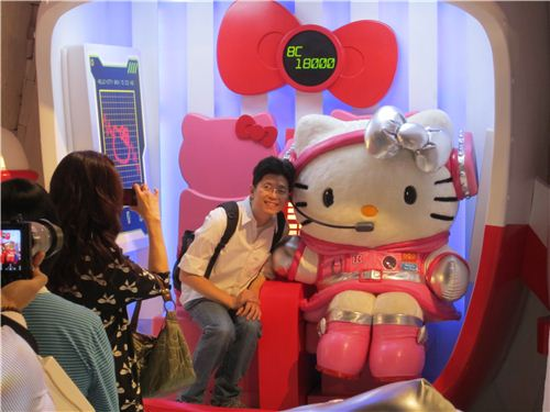 Hello Kitty in a spaceship arriving at Ice Age
