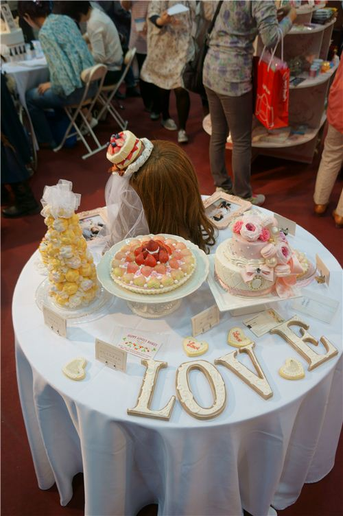 There are lots of ways of decorating with clay crafts for weddings