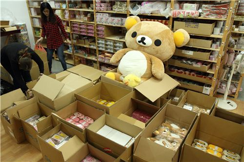 And while unpacking big Rilakkuma keeps an eye on what is going on