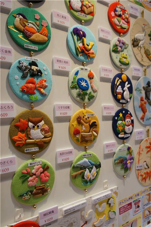 These DIY wall decoration sets look adorable too