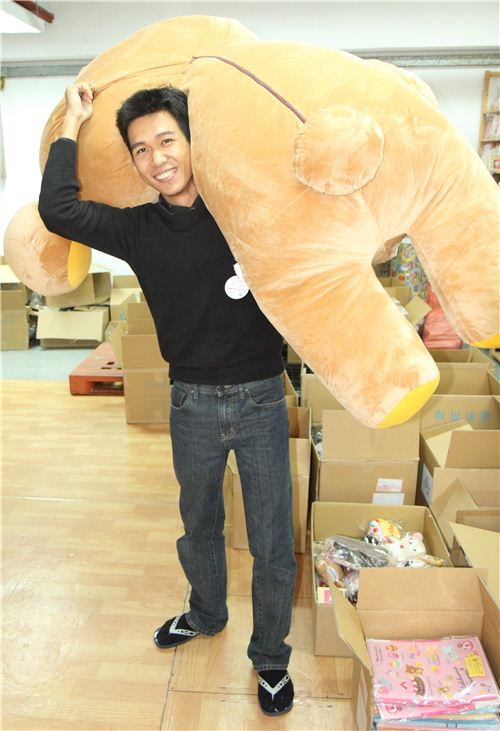 Alan is showing office Rilakkuma who is boss