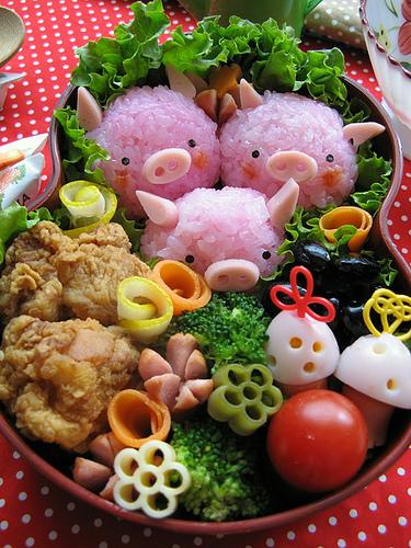 bento box with 3 cute pink piggies
