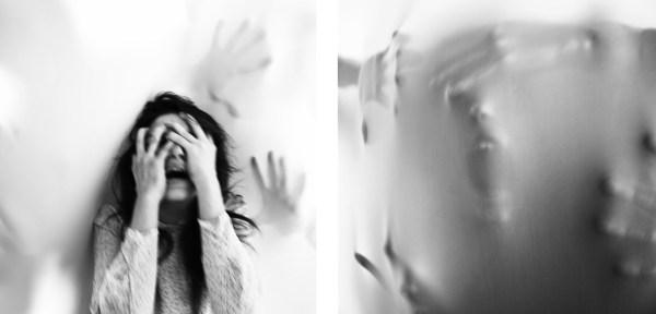 Foto in bianco e nero a favore della lotta contro la violenza sulle donne. Una donna è preda delle sue paure date dalle violenze psicologiche domestiche