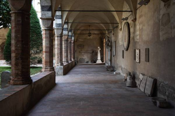 """I chiostri del Centro Culturale Sant'Agostino, a Crema (Cr), il luogo scelto da Irene per il suo ritratto per il progetto """"Donne di Crema"""" (C)Monica Monimix Antonelli"""