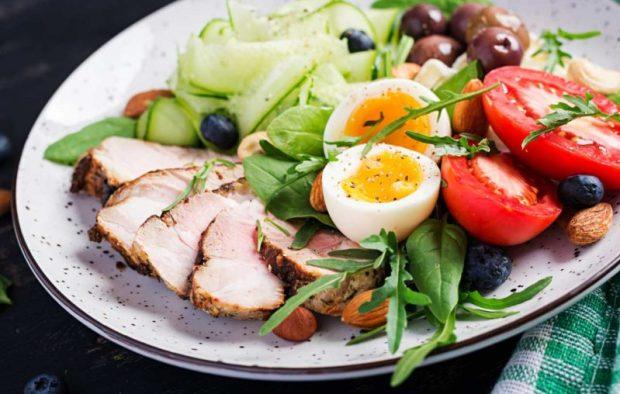 減醣飲食新手常常誤以為不能吃澱粉,其實只要把營養素比例的配置在 30% 碳水化合物、20% 蛋白質、50% 脂肪就可以囉