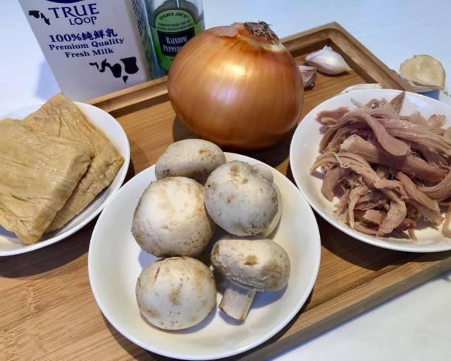 零澱粉墨西哥捲食材:洋蔥、蘑菇、雞肉絲、豆包