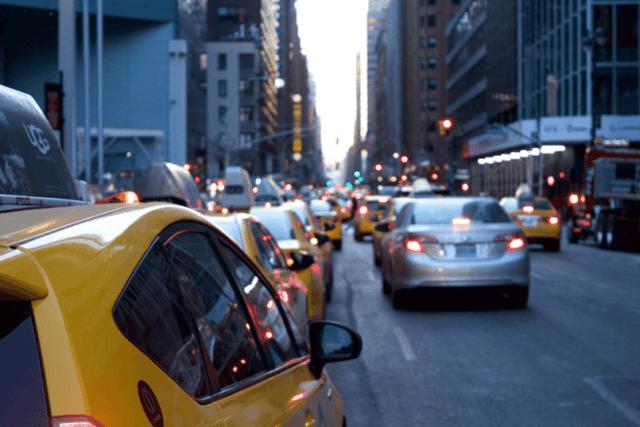 imagem de diversos carros na rua para abordar como saber se a bateria do carro está ruim