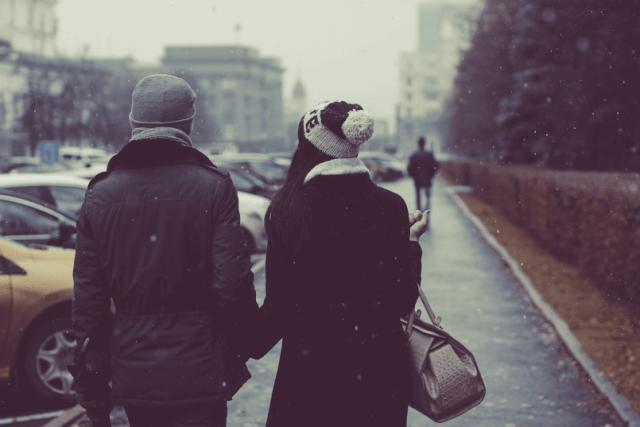 foto de pessoas com roupas de inverno enquanto o carro não pega no frio, ilustrando o problema do texto