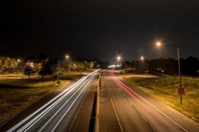 imagem de uma rua iluminada por diversas luzes