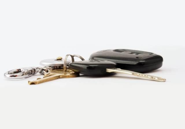 Imagem de uma chave de carro e um dos tipos de alarme automotivo que existem