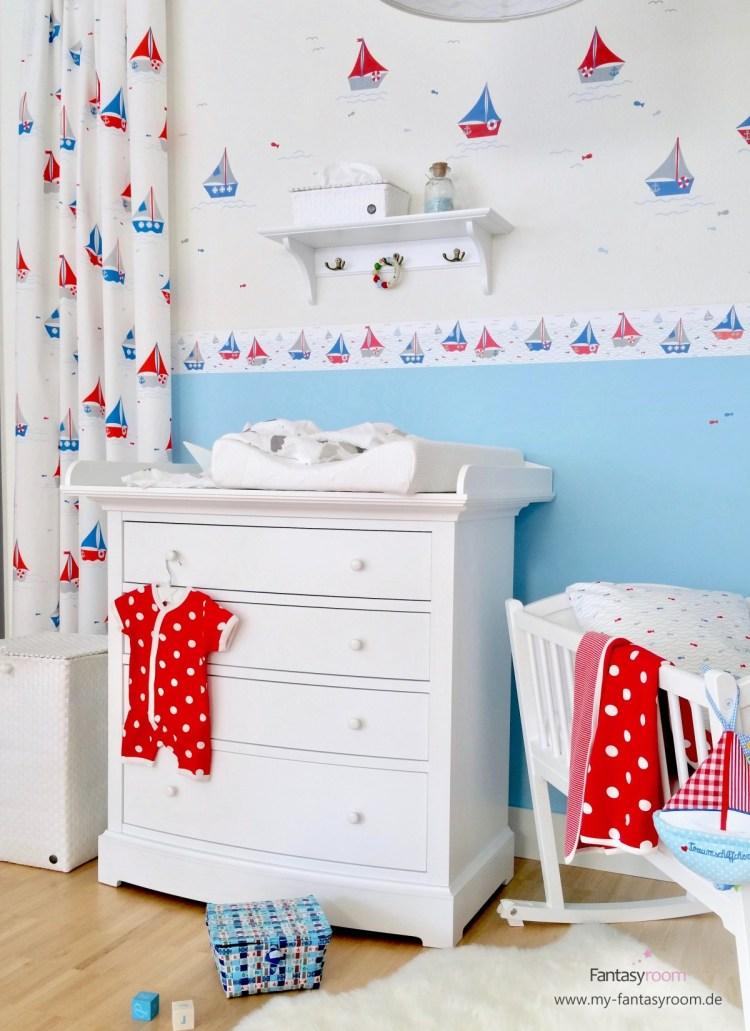 Maritimes Babyzimmer von Dinki Balloon mit Schiffchen in Blau und Rot