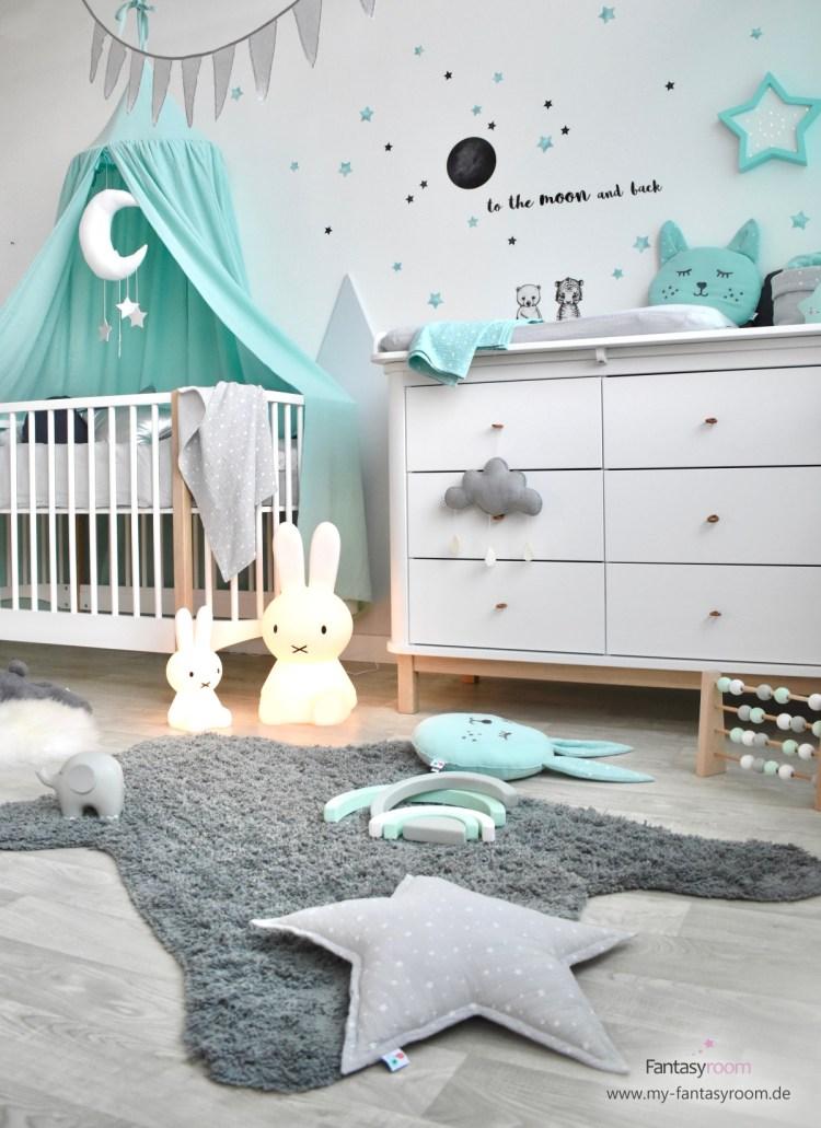 Babyzimmer mit Oliver Furniture Möbeln und mintafarbenen Textilien und Deko