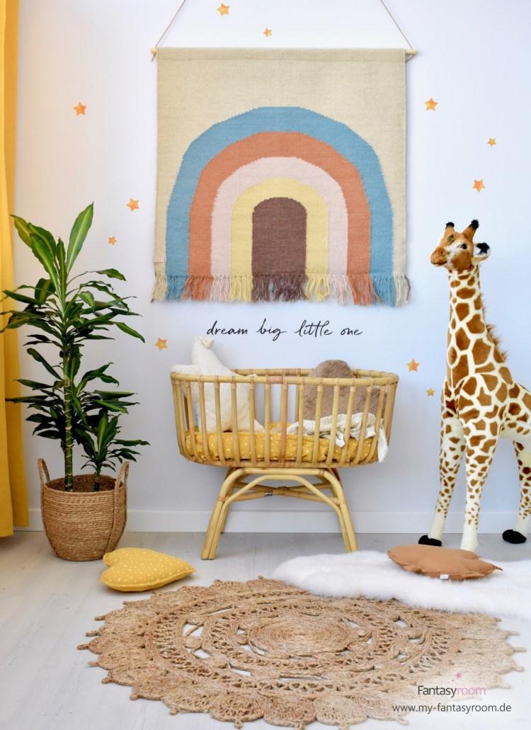 Babyzimmer mit Naturmaterialien: Wandteppich 'Regenbogen' von Oyoy, Rattanwiege und Juteteppich