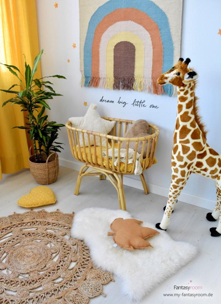 Babyzimmer mit Wandteppich 'Regenbogen' von Oyoy, Rattanwiege und Juteteppich