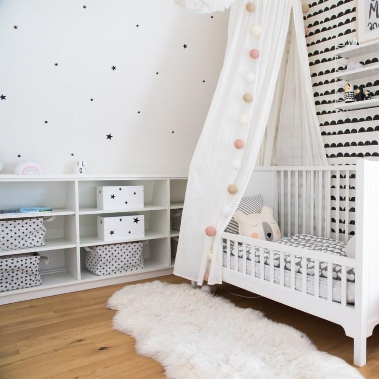 Schwarz & weiß im Mustermix: ein modernes Kinderzimmer im skandinavischen Stil