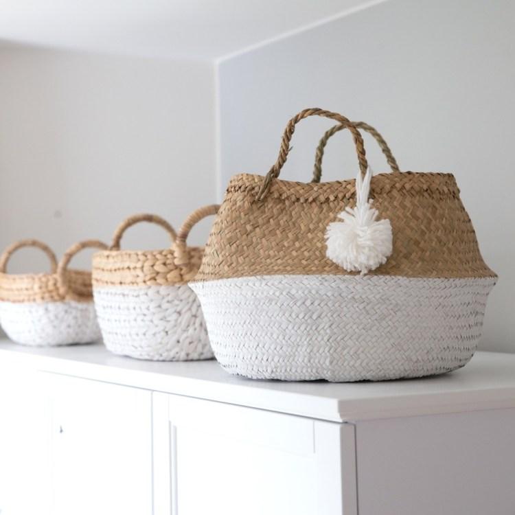 Kinderzimmer Flechtkörbe mit weißen Pompons von Kidsdepot