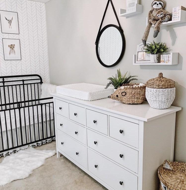 Neutrales Babyzimmer in Weiß, Schwarz und Natur mit Wickelkommode, Babybett und Deko