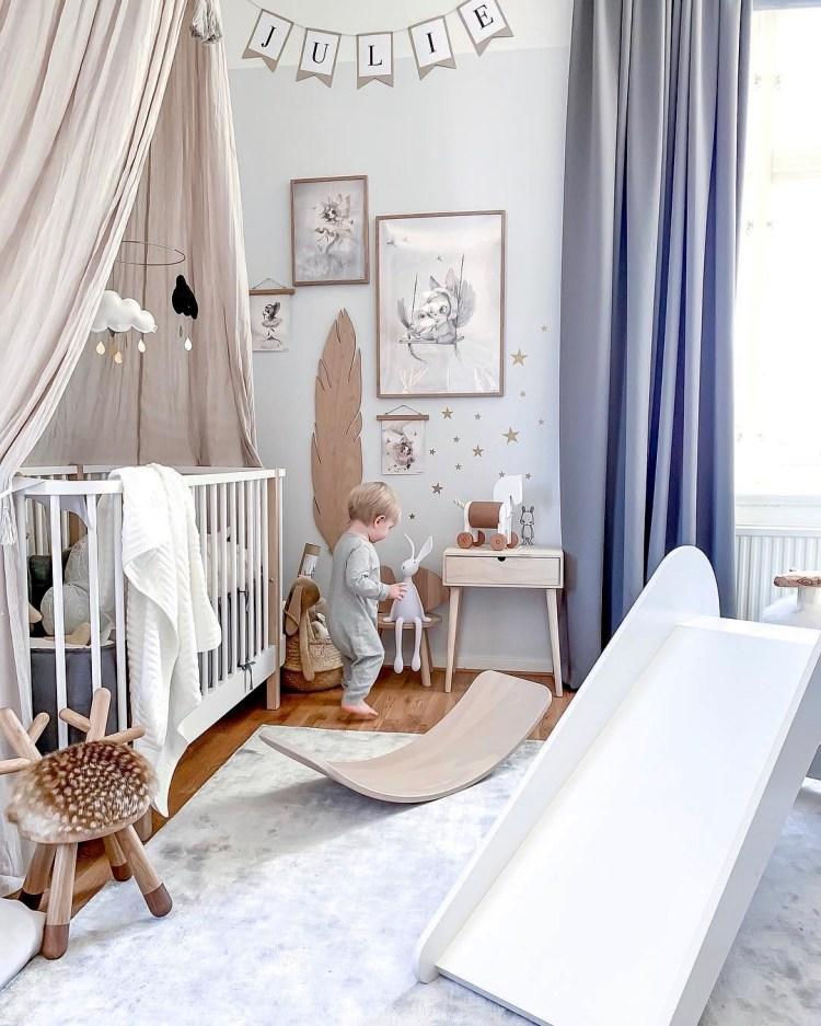 Neutrales Kinderzimmer in Weiß, Natur und Grau, mit Babybett und Rutsche