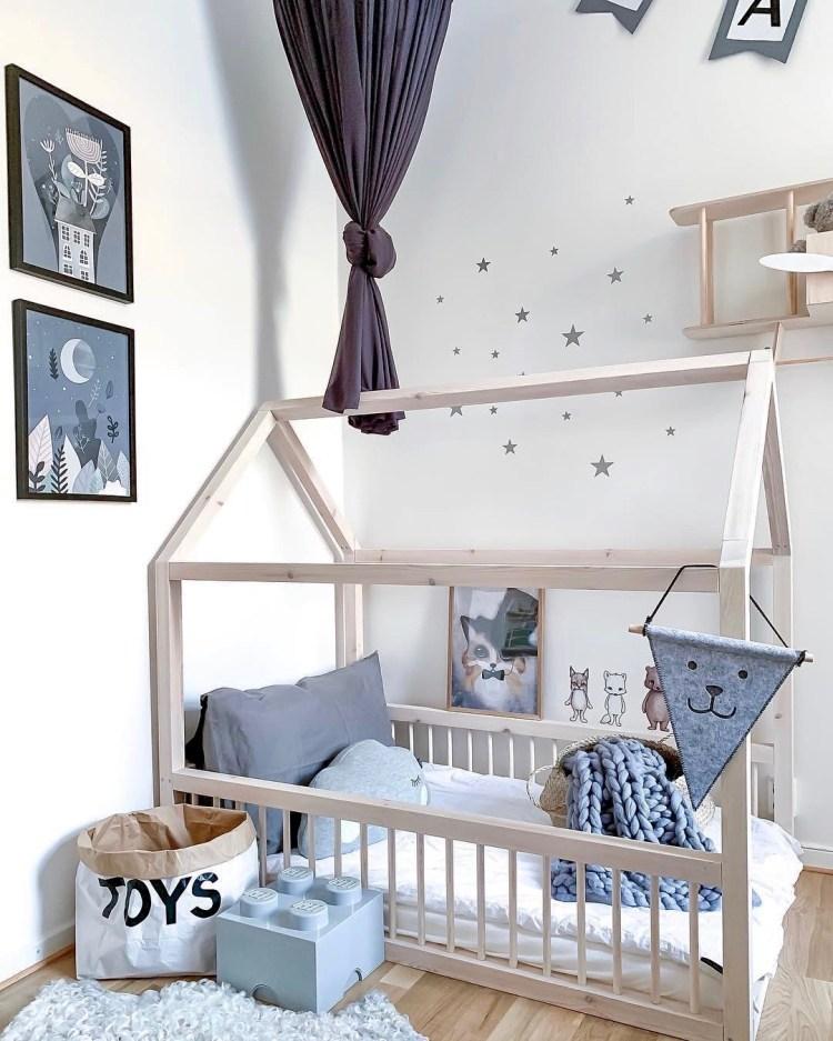 Neutrales Kinderzimmer in Grau, Weiß und Natur mit Hausbett und Deko