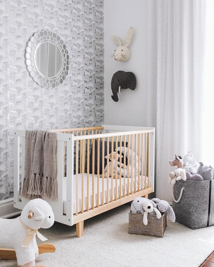 Babyzimmer in Weiß, Natur und Grau mit Deko