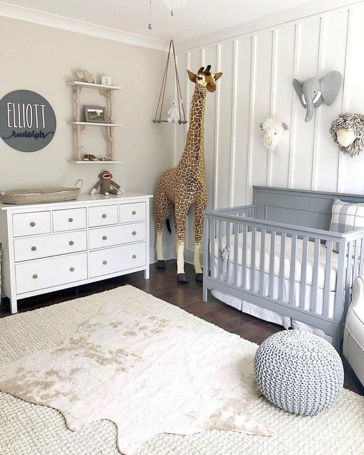 Neutrales Babyzimmer in Weiß, Beige und Grau mit Tieren
