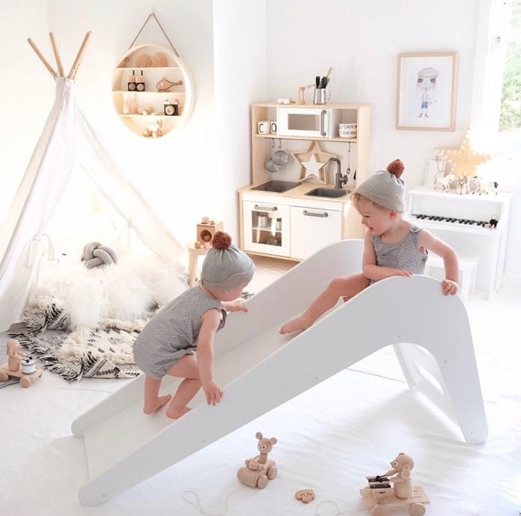 Skandinavisches Kinderzimmer in Weiß und Natur mit Rutsche und Tipizelt