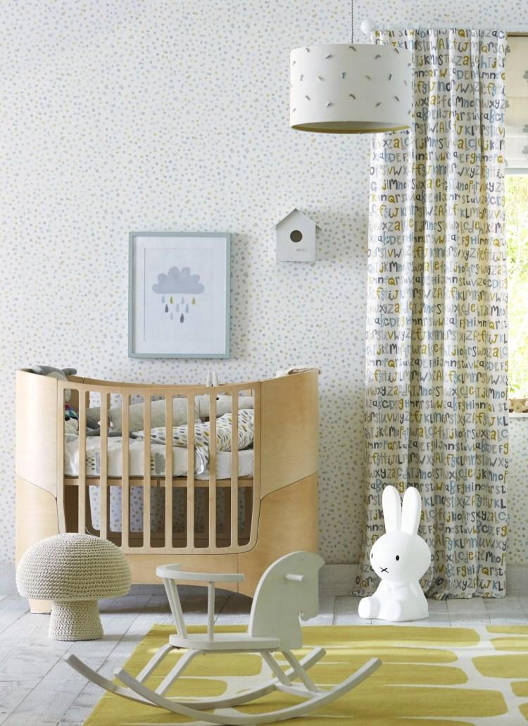 Babytapete mit fröhlichen Punkten in Senfgelb und Softblau und passenden Vorhängen