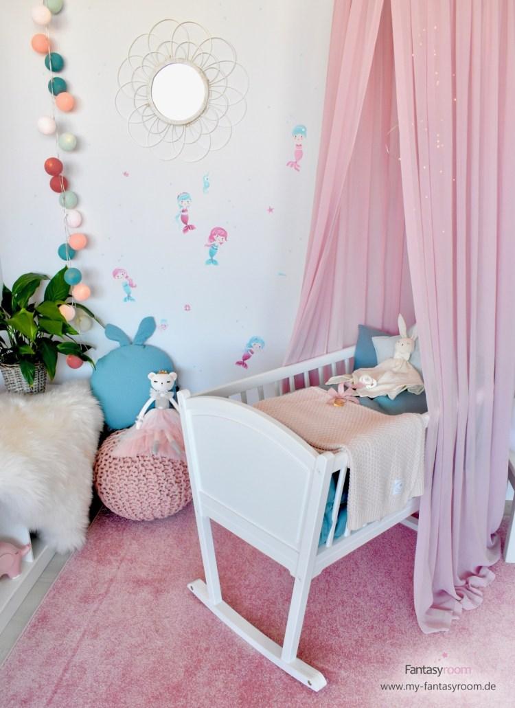 Babyzimmer in Rosa und Mint mit weißem Sonnenspiegel
