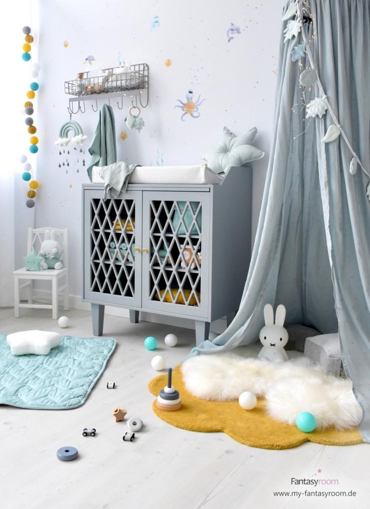 Kinderzimmer für Jungen mit Kuschelecke, mit Baldachin, Teppich und Lammfellen eingerichtet