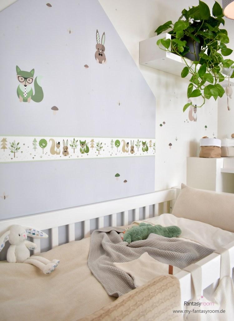 Babyzimmer in Beige und Grün mit Waldtieren Bordüre und Wandstickern von Dinki Balloon